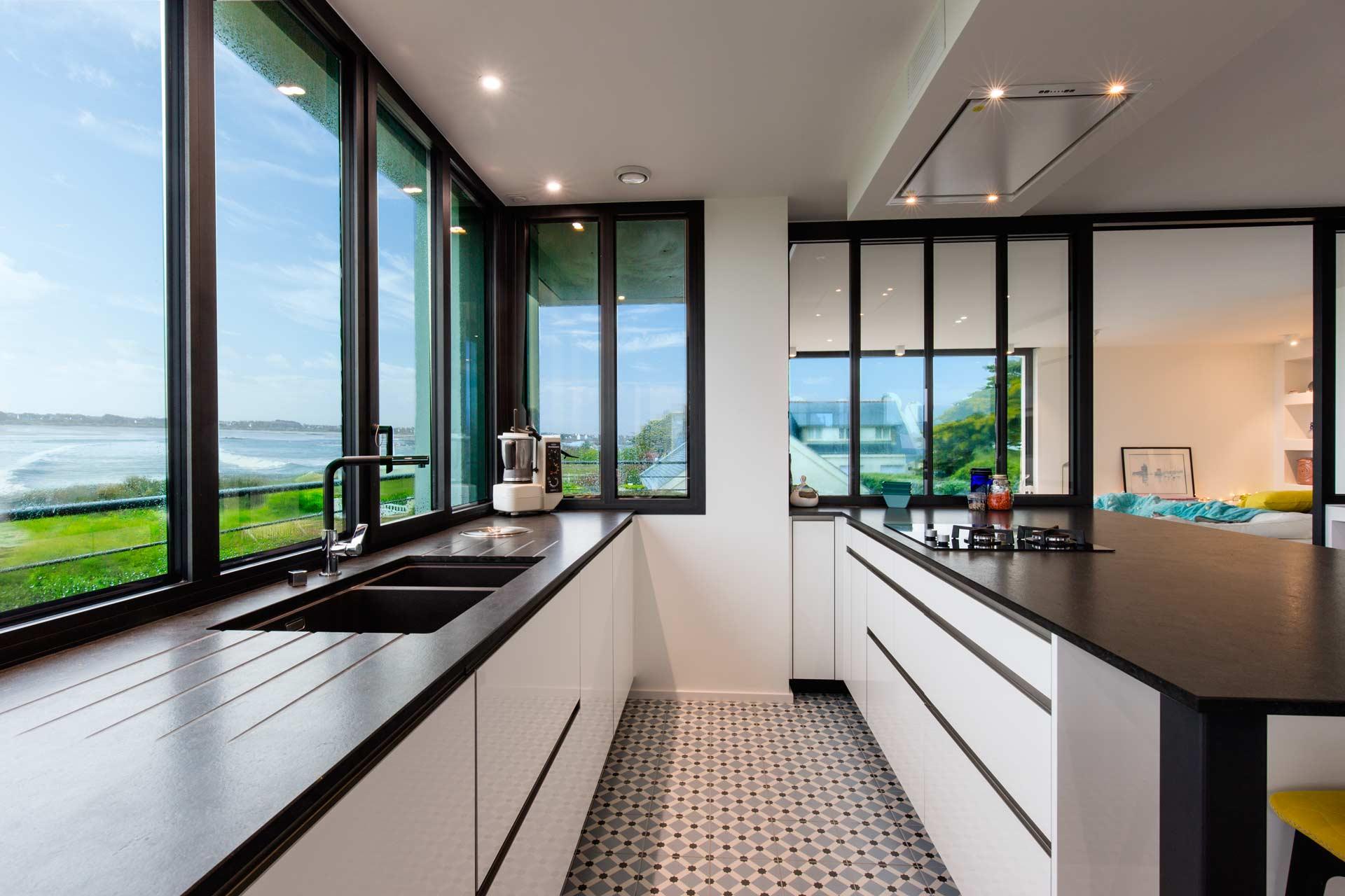 Une cuisine blanche brillante et granit Black mistral à Batz Sur Mer