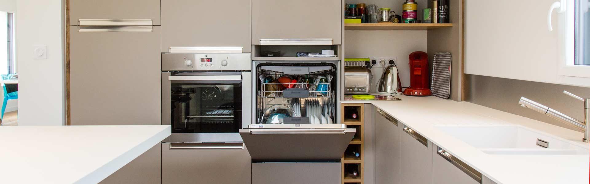 Une cuisine à la Baule combinant un maximum de rangement tout en gardant de la légèreté