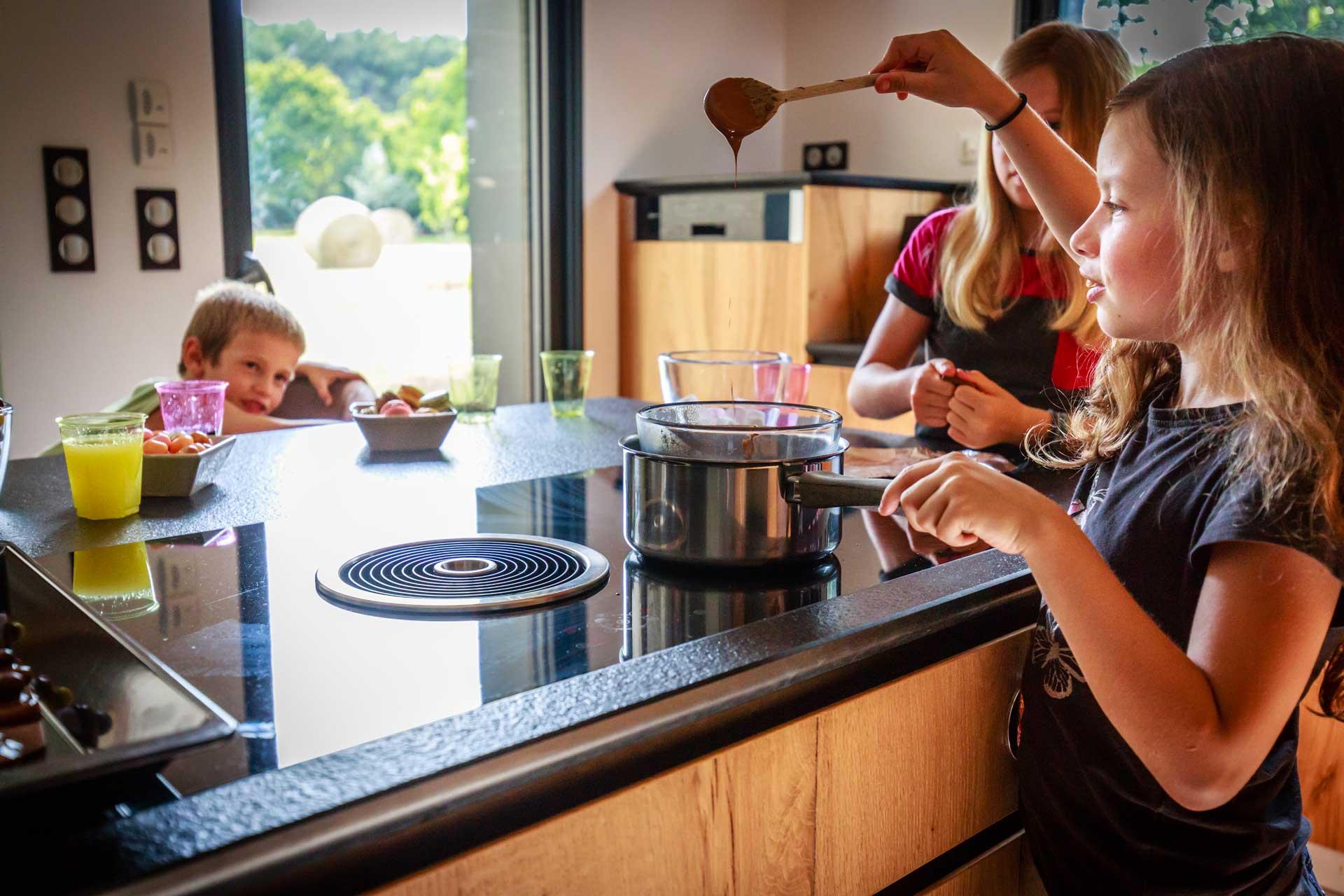 Véritables amoureux des matériaux nobles, pour leur cuisine Intramuros à fait appel aux savoirs faire des ateliers Bonnet Leclair pour la réalisation des meubles en chêne sans poignée et de Mathias et Gaël Luc pour la fabrication du meuble vitrine et du piétement de l'îlot qui intègre 4 tabourets suspendus.