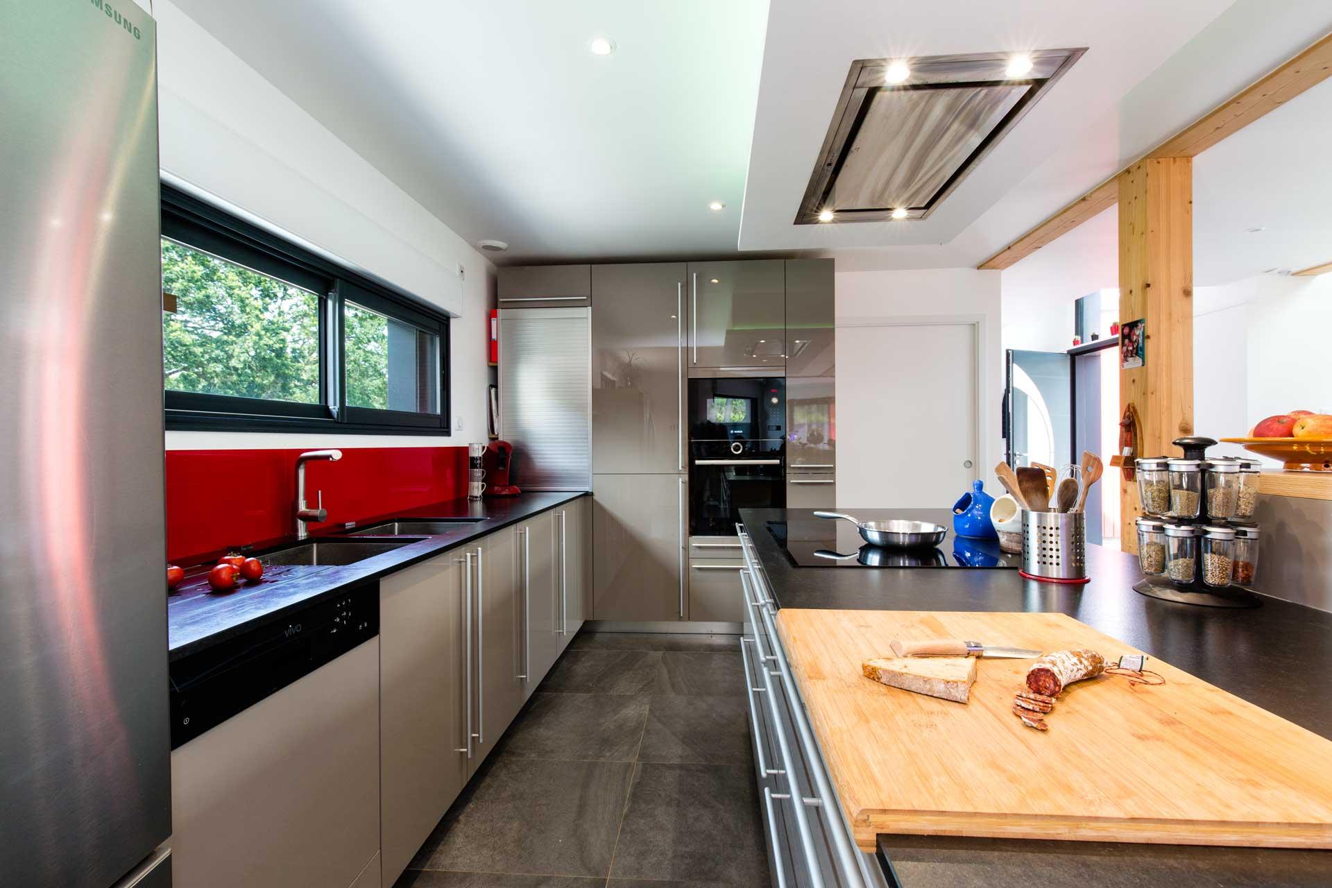 intramuros-home Très contemporaine cette cuisine allie le brillant de la laque des façades avec le bois et le noir structuré du granit